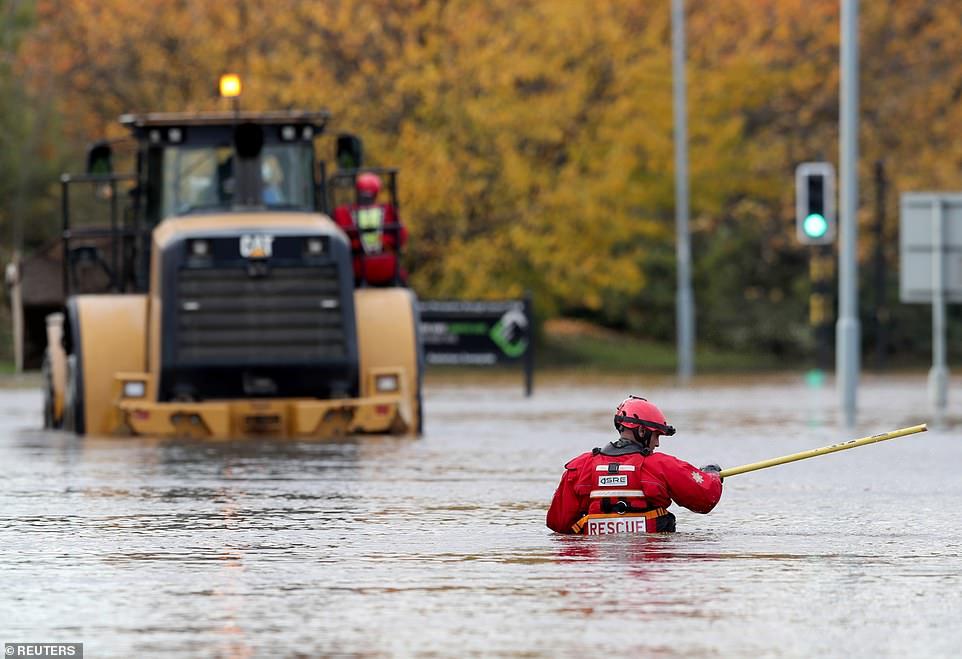 """Fotot/ Përmbytje """"biblike"""" në Angli, njerëzit detyrohen të braktisin shtëpitë"""
